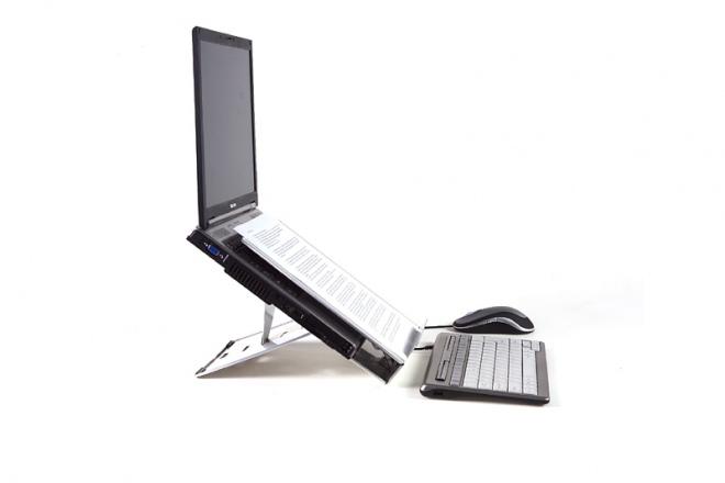 Ergo Q-260 fertig eingerichtet. Der Vorlagenhalter befindet sich über der Laptoptastatur.