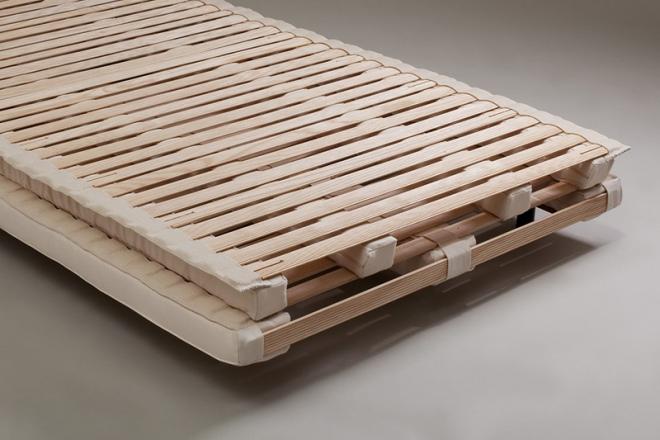 Das Federelement besteht aus 80 Eschenholzleisten, die in 2 Ebenen auf Latexstreifen gelagert sind