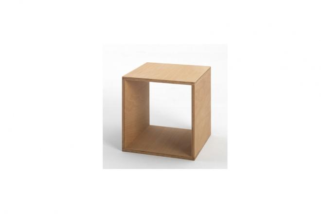 Cube ist ein offenes Holzelement in Würfelform