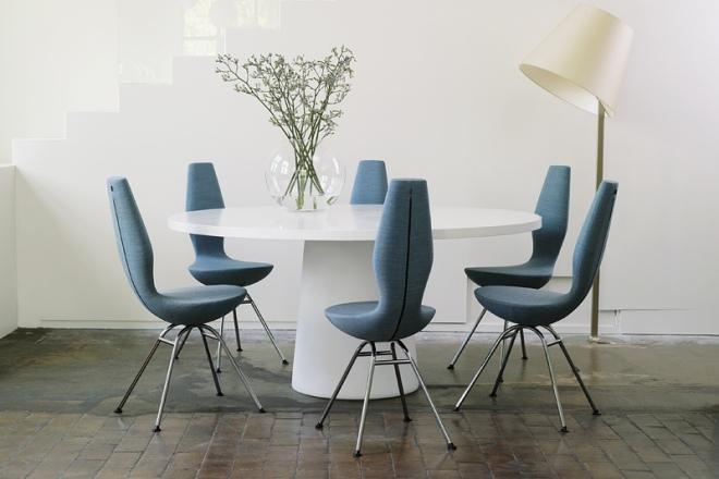 Blaue Date Stühle in der Runde
