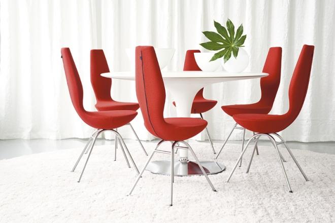 Rote Date Stühle in der Runde