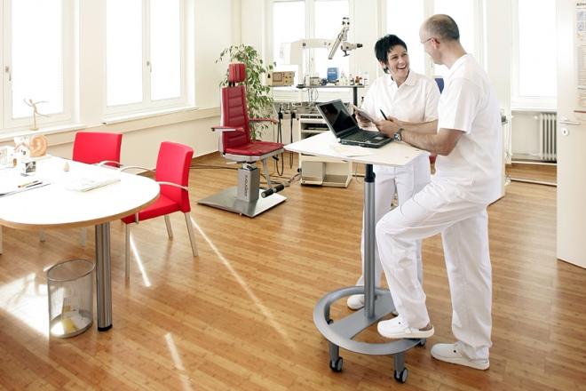 Besprechung in der Arztpraxis am mobilen Stehpult