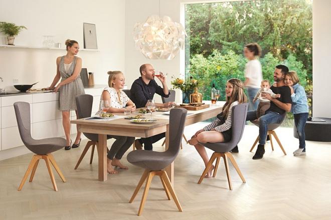Die Familie am Tisch