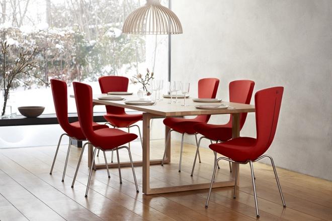 Rote Invite Stühle am gedeckten Tisch