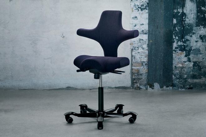 Capisco mit Sattelsitz, Gestellschwarz, Polster Stoff purple
