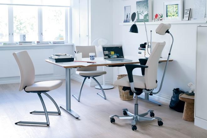 Der Besucherstuhl ist formal auf den H04 Bürodrehstuhl abgestimmt