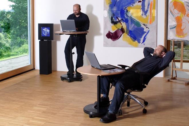 Arbeiten abwechselnd im Sitzen und im Stehen am Rolls Comfort Sitz-Steh
